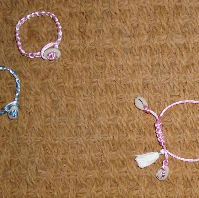 Kleine armbanden met kaurischelpen
