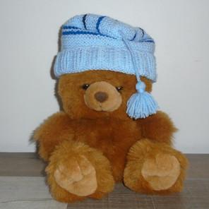 Bonnet bébé bleu tricoté avec pompon