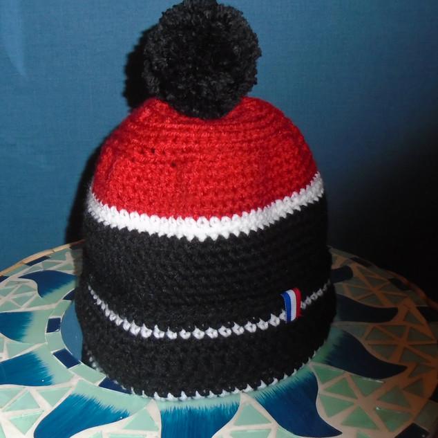Bonnet crocheté rouge/noir - touches blanches