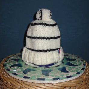 Bonnet tricoté blanc aux petites rayures noires