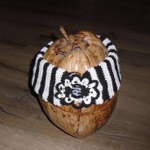Bandeau tricoté noir/blanc avec une décoration crochetée et un grand bouton devant