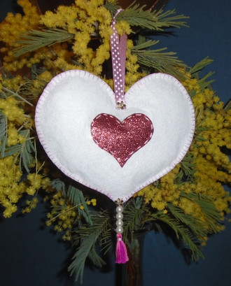 Coeur blanc décoratif en feutrine côté recto