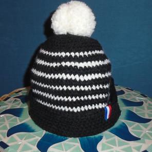 Bonnet tricoté noir et blanc avec pompon blanc
