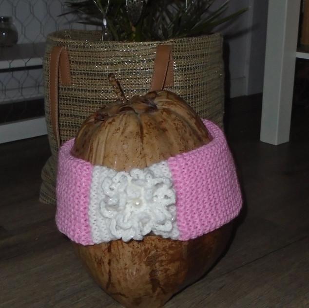 Roze met witte haarband met gehaakte versiering en een parel aan de voorzijde