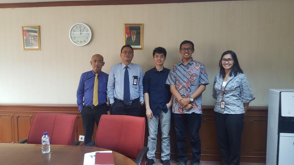 Foto Tim Bizhare bersama Pak Darmawan, Pak Agus dan Bu Diana dari Pengawas pasar Modal OJK