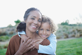 Großmutter und Enkelkind in Umarmungs