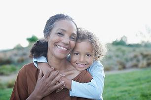 Grand-mère et Grandchild enlacés