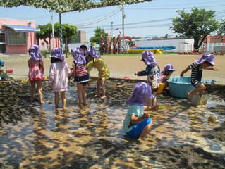 2才児うさぎ組・ひよこ組泥んこ遊び