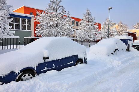 Schnee deckte Auto