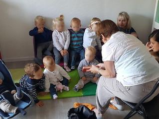 Nous proposons aux enfants un atelier lecture le mardi matin animé par mamie Chantal retraitée petit