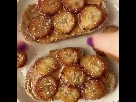 💛 Toast aux bananes caramélisées & à L'amlou aux cacahuètes grillées à huile de coco💛 ⠀⠀⠀⠀