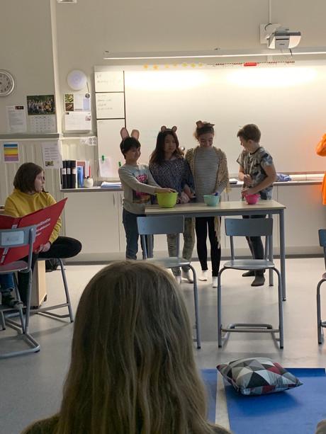 5:or spelar teater på engelska för alla på skolan!