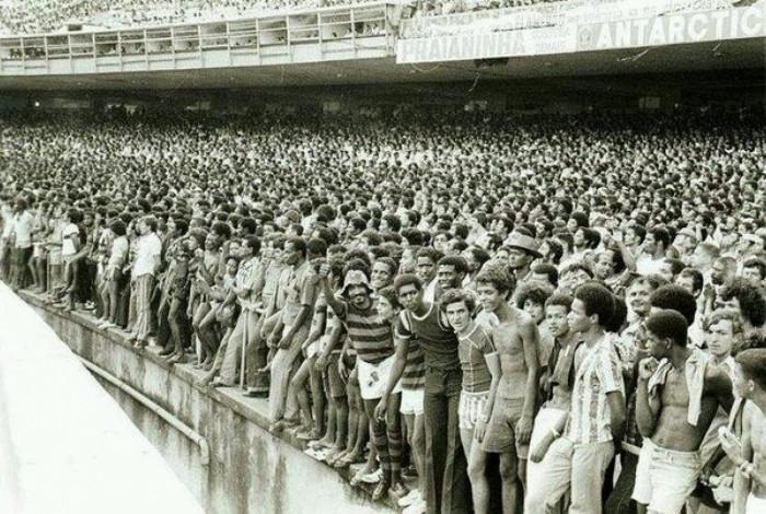 Arquibancada do Maracanã nos anos 1970 / Foto: Reprodução.