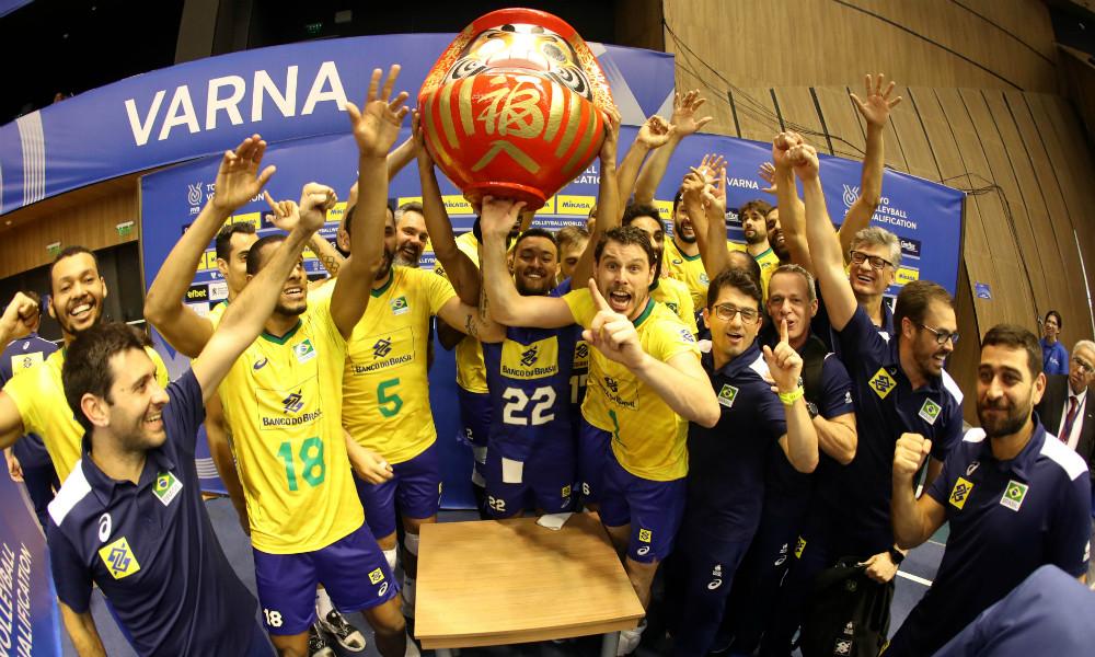 Brasileiros celebram a conquista da vaga nos Jogos de Tóquio 2020. Divulgação/FIVB