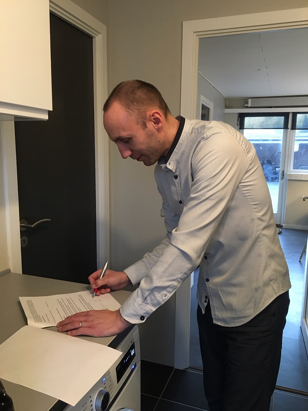 Martin underskriver aftalen på vegne af DanBolig