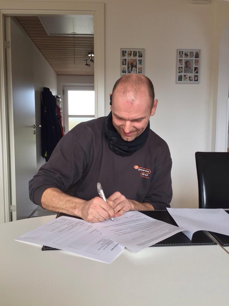 Morten underskriver sponsoraftalen