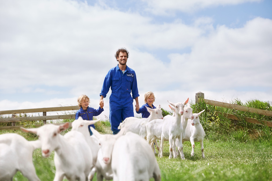 Kabrita_farmer_child_goats__6573.jpg