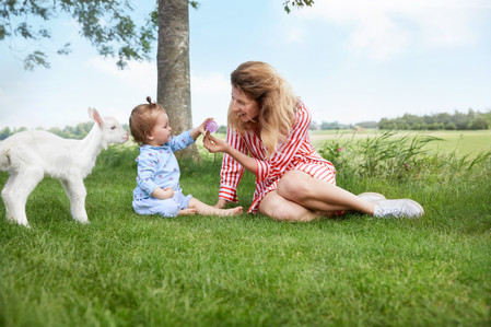 Kabrita_Caucasian_mother_child_goat_2__5