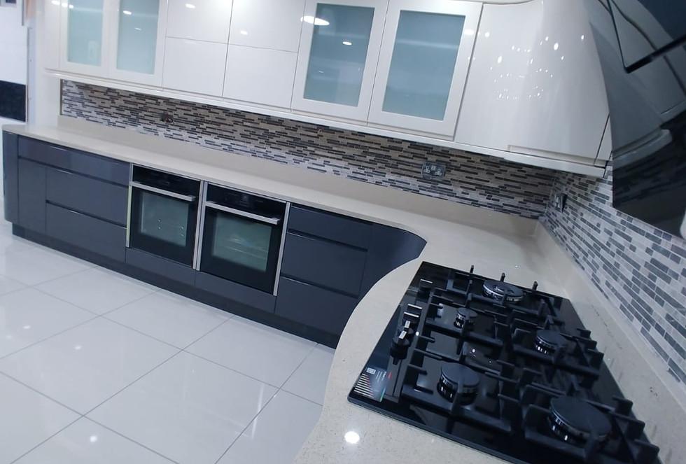 High Gloss Contrast Kitchen4