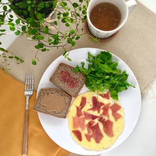 Pan trigo sarraceno con tahin y umeboshi, tortilla con jamón ibérico, rucula