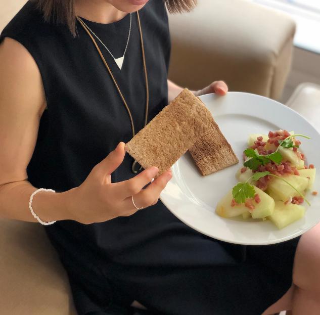 Tostadas de trigo sarraceno y melón con jamón ibérico