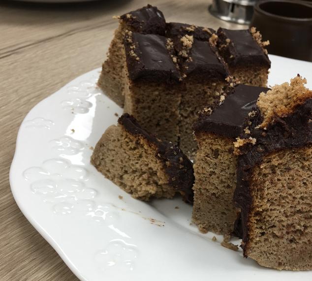 Bizcocho de trigo sarraceno, pera y cobertura de chocolate sin gluten
