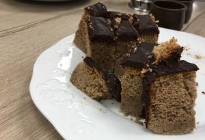 Receta de Bizcocho de trigo sarraceno, pera y cobertura chocolate sin gluten. Receta sin gluten y sin lactosa. Muy adaptada a dieta AIP.