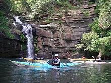シーカヤック1人乗りのシングル艇。安定感と推進力に優れ海や長距離の川で活躍します。経験者や自艇持ちの方は事前にご相談ください。