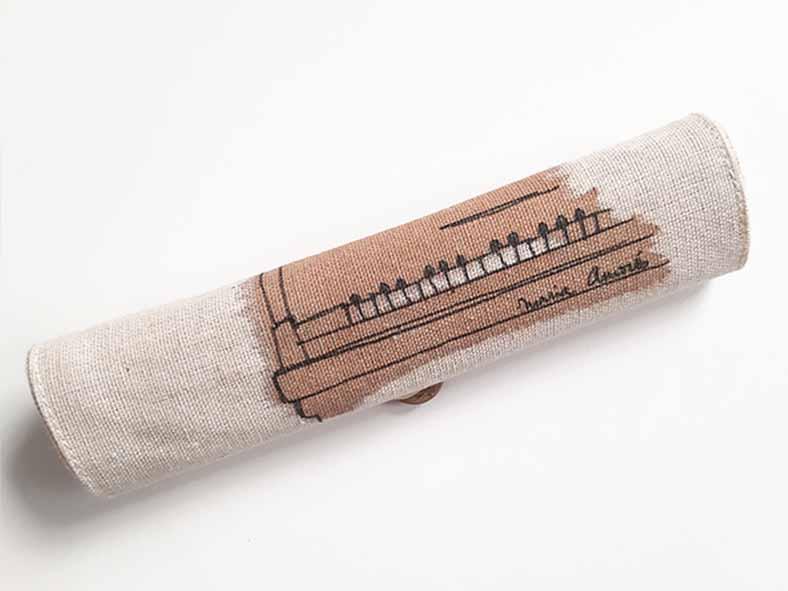 Fet de jute i cotó, amb una tanca elegant de botó. Conté 5 peces d'acabat nature: Goma d'esborrar, bolígraf de cartró reciclat, amb maquineta, llapis i regla de fusta. 20 x 20 x cm | 70 gr.
