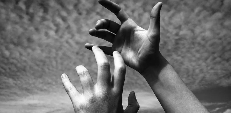 Mains aux ciels
