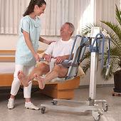 Transfer mit Lifter vom Bett ins Pflegebad