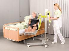 Transfer mit Liegelifter GK Novum 2000 vom Bett ins Pflegebad
