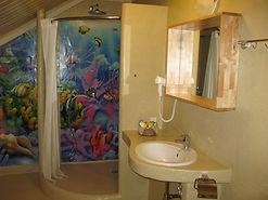 Трехместный номер дэлюкс душевая комната