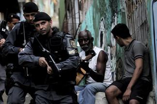 Moradores tocam violão enquanto policia faz operação em morro de Vitória/ES.
