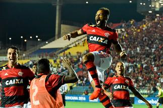 Fernandinho comemroando gol do Flamengo.