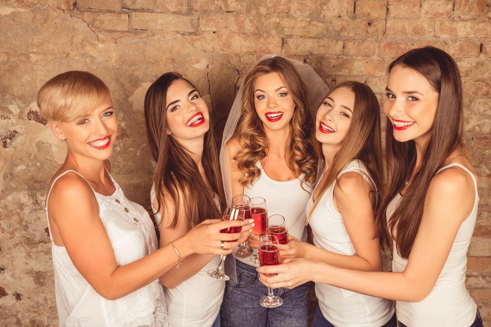 Mulheres comemorando despedida de solteira