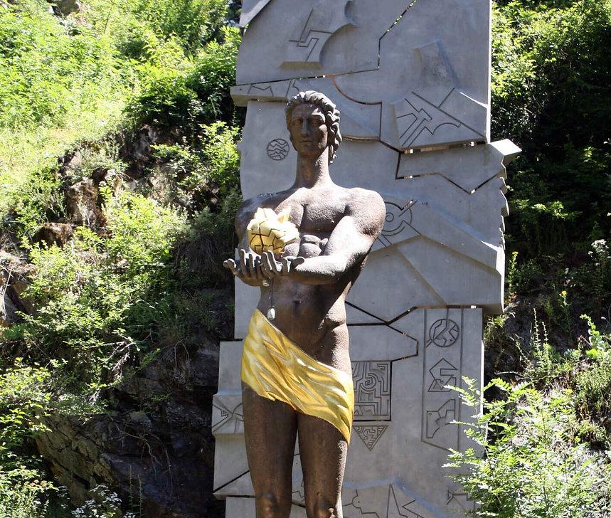 памятник прометея в ц парк боржоми.jpg