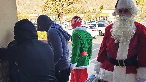 Disfrazados de Papá Noel y de duende capturan a vendedores de drogas: