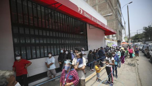 En cinco regions del Perú se registran largas colas para cobrar el Bono Familiar Universal