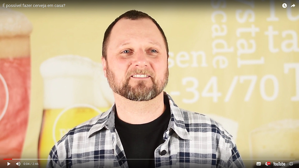 Na foto, André Kley, cervejeiro caseiro e apresentador do canal Como Fazer Cerveja