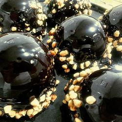 - קינוחי עצמאות. כדורי מוס שוקולד חלב בציפוי גלייז שוקולד ואגוזי ברס.