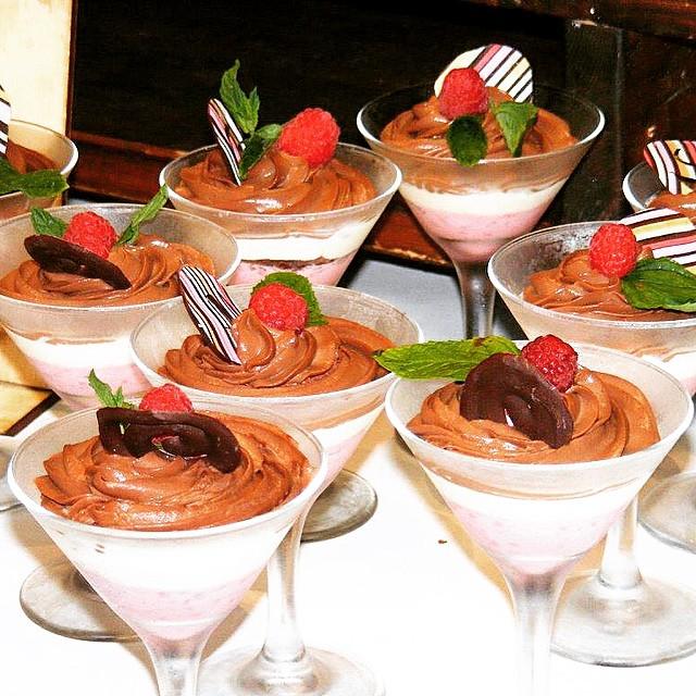 - כוס מרטיני עם קרם פטל חמוץ, שוקולד לבן מתוק וגנאש בלגי מריר.מתוך תפ