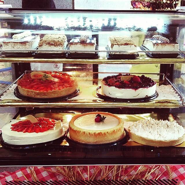Instagram - לגבי המאפה, החלטתם אם שטרודל גבינה או תפוחים? ולגבי העוגה החלטתם אם