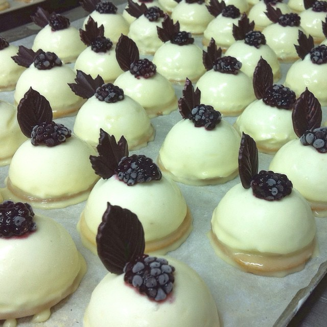 Instagram - קינוחי גבינה אישיים עם שוקולד לבן, עלה שוקולד ופטל מצונן. מתוך תפריט