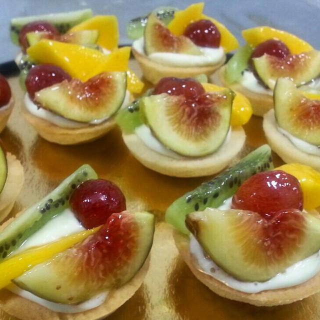 Instagram - טארטלטים של פירות טריים עם קרם פטיסייר 🍑🍒 Fresh fruit Tartlet with