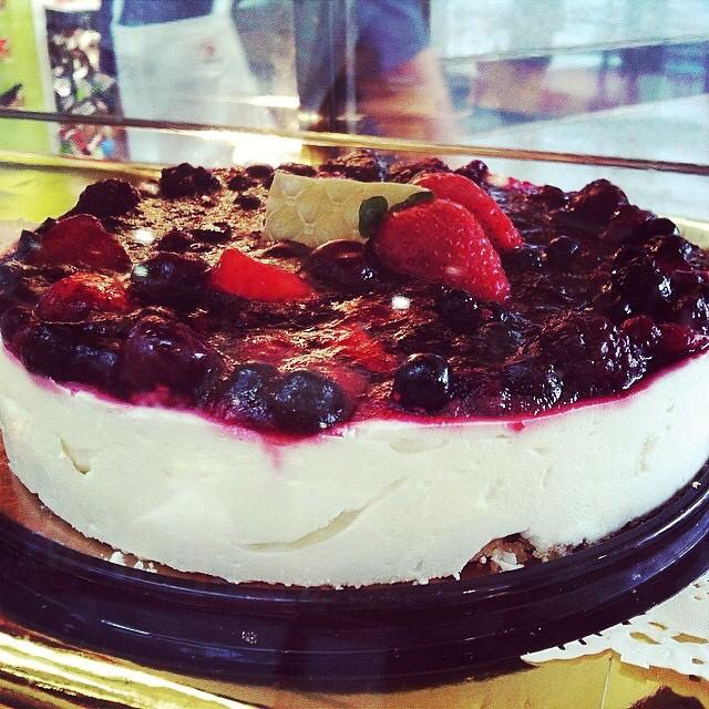 Instagram - עוגת קרם גבינה, שמנת ופירות יער. מתוק, עדין וחמצמץ במידה. מתוך תפריט