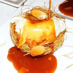 Instagram - ״קן״ קדאיף מלא בקרם וניל, שקדים וקרמל מלוח. מתוך תפריט נוניס אירועים