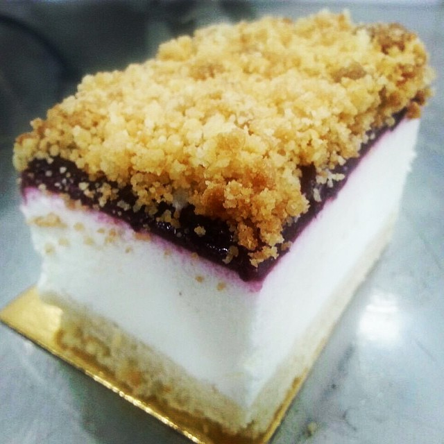 Instagram - עוגת גבינה ושמנת אישית עם קונפיטורת אוכמניות טריות ועיטור קראמבל 😋