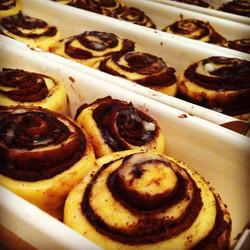 Instagram - חמישי שמח :) עוגת בבקה מדופפת בחמאה ושוקולד בלגי לפני אפייה.jpg