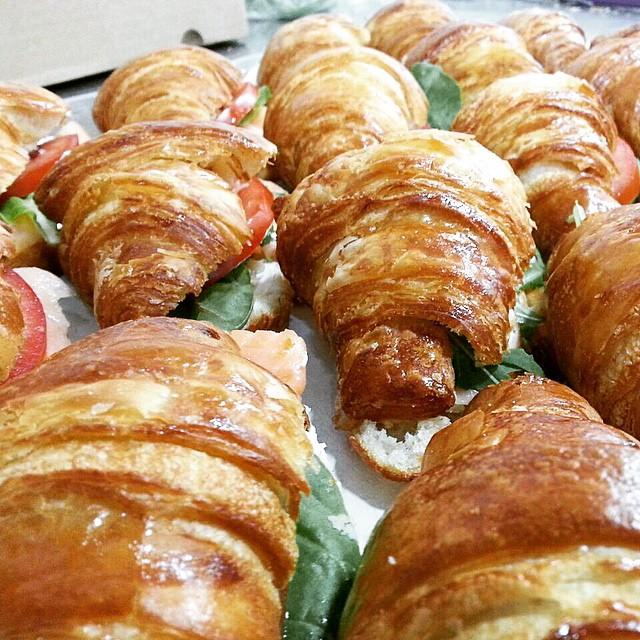 - קרואסון חמאה צרפתי עם סלמון נורווגי מעושן, עלי אורוגולה, בצל ירוק וג